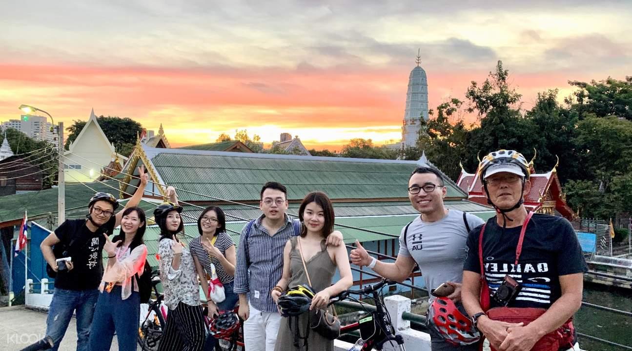 bangkok bike tour group berpose di dekat kuil